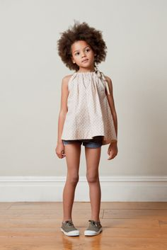 cute style: cut off jeans, tunic blouse, easy shoes (inspiration: caramel-shop.co.uk)