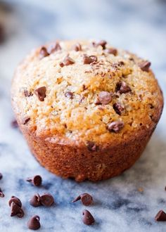 A bakery-style chocolate chip muffin that& made with coconut oil and greek yogurt! This recipe for chocolate chip muffins is easy to make and healthier! Delicious Chocolate, Vegetarian Chocolate, Chocolate Recipes, Delicious Desserts, Yummy Food, Stir Fry Recipes, Soup Recipes, Chicken Recipes, Brunch Recipes