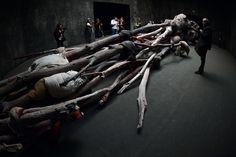 La artista alemana Berlinde De Bruyckere conocida por sus esculturas hiperrealistas de cadáveres montruosos, presenta esta escultura de seres empalados en un arbol seco en la Bienal de Venecia.
