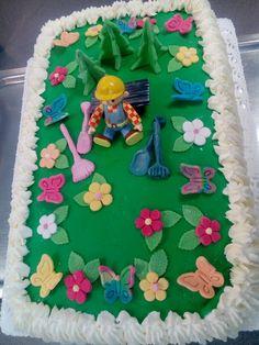 Nyt on kakku kottikärryjä vaille valmis! Yhteistyöllä se sujuu Raija valmisti pohjat, Tanja täytti, Vuokko valmisti koristeet ja koristeli kakun. Puuhapete oli kyllä ihan muovilelu!