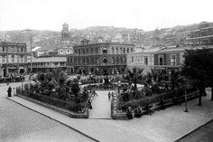 Panorámica de la Plaza Echaurren y la Iglesia de La Matriz de Valparaíso en el año 1900.