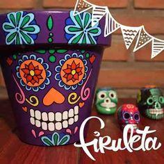 Maceta Pintada A Mano Calavera Mexicana! Día De Los Muertos! - $ 120,00 Yard Art Crafts, Skull Crafts, Diy Arts And Crafts, Handmade Crafts, Painted Plant Pots, Painted Flower Pots, Flower Pot Crafts, Clay Pot Crafts, Mexican Party Decorations