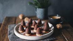 Vosí hnízda alias včelí úly patří mezi nepečené druhy vánočního cukroví, které je třeba připravovat těsně před svátky, vůbec se totiž nepečou a v krému najdete Pudding, Cookies, Desserts, Recipes, Food, Recipies, Crack Crackers, Tailgate Desserts, Deserts