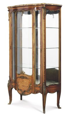 A FRENCH ORMOLU-MOUNTED MAHOGANY AND PARQUETRY VITRINE -  LATE 19TH/EARLY 20TH CENTURY