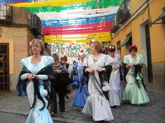Trajes de Manola o chulapas. Fiestas de la Paloma Madrid