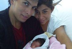 Julio César Mondragón con su hija de apenas unos meses.