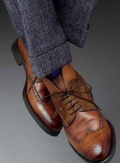 Surprisingly, there's a lot to know about shoes. As a gentleman, you don't need to know everything, but you should make sure you know a little more than most. Buying quality is what gentlemen do! Sock Shoes, Men's Shoes, Shoe Boots, Dress Shoes, Style Gentleman, Der Gentleman, Sharp Dressed Man, Well Dressed Men, Costumes En Tweed