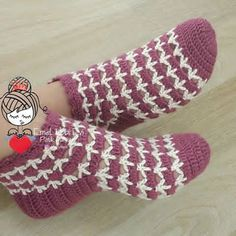 This Pin was discovered by Ayt Crochet Slipper Pattern, Knitted Slippers, Crochet Slippers, Crochet Crafts, Crochet Projects, Baby Knitting Patterns, Confection Au Crochet, Crochet Beanie, Zapatos