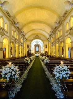 Casamento na Casa Itaim: Mayra Fernandez + Ricardo Ribeiro - Constance Zahn Church Pew Wedding Decorations, Wedding Church Aisle, Church Wedding Flowers, Wedding Backdrop Design, Wedding Shower Games, Wedding Set Up, Church Design, Creative Decor, Toque
