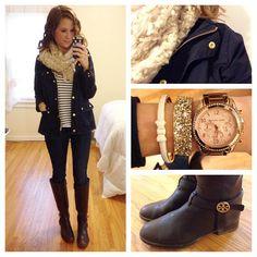 Leggin + blusa listrada + casaco marinho+ cachecol branco + bota marrom