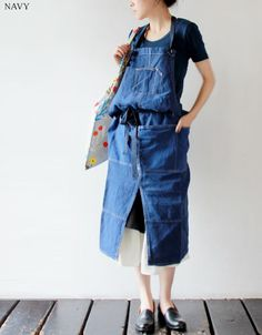 idea: turn my overalls into a dress Textiles, Farmer Outfit, Demin Skirt, Japanese Apron, Corporate Uniforms, Work Aprons, Aprons Vintage, Apron Dress, Recycled Denim