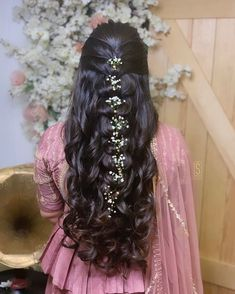 These latest open hairstyles are the best for the pre and post-wedding functions. Most of the people get confused when it comes to styling their open hair. We spotted some open hairstyles wore by. Bridal Hairstyle Indian Wedding, Bridal Hair Buns, Bridal Hairdo, Easy Hairstyles For Long Hair, Wedding Hairstyles For Long Hair, Bridal Hair And Makeup, Front Hair Styles, Medium Hair Styles, Natural Hair Styles