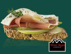 Tostada de pera, jamón serrano #MonteRegio y queso en lonchas ¡Buenos días!