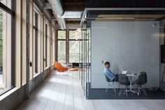 Jack Debartolo got busy imagining the new offices of VSCO in California (Oakland). This company creator of VSCO Cam and VSCO Film owns a minimalist interior wit Vsco Film, Ikea Workspace, Conference Room Design, Shop Buildings, Cool Office, Future Office, Commercial Furniture, Industrial Chic, Design Firms