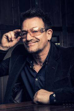 Bono,Ha recibido la condecoración en Dublín A la ceremonia ha asistido su mujer, Ali, sus cuatro hijos, Jordan, Eve, Eli y John, y dos de sus compañeros de grupo, The Edge y Adam Clayton No se le puede llamar 'sir' porque no es británico Ver más en: http://www.20minutos.es/noticia/218105/0/bono/U2/caballero/#xtor=AD-15&xts=467263