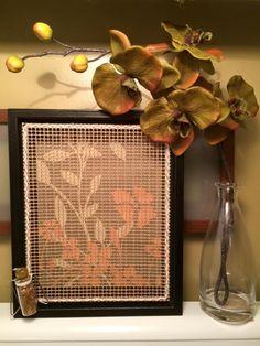 Présentoir / organisateur à boucles d'oreille champêtre en DIY.  Ce que ça prend :  -Un cadre profond -Une belle image qui servira de fond -De la corde -De la colle chaude ou du silicone -Un tapis de cuisson en maille (voir photo en commentaire / vendu chez Dollorama)