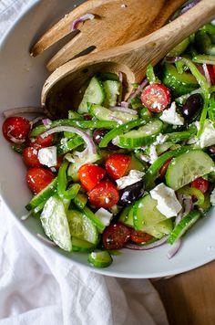 Authentic Greek Salad Greek Salad Recipe Authentic, Greek Salad Recipes, Healthy Salad Recipes, Diet Recipes, Vegetarian Recipes, Healthy Snacks To Make, Healthy Meal Prep, Healthy Eating, Green Pepper Recipes