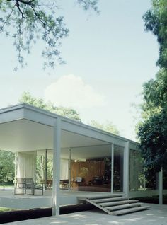 The Farnsworth House, built by Ludwig Mies van der Rohe in 1951 and located near Plano, Illinois, is one of the most famous examples of modernist domestic architecture and was considered unprecedented in its day. Farnsworth House, Maison Farnsworth, Architecture Résidentielle, Beautiful Architecture, Villa Tugendhat, Exterior Design, Interior And Exterior, Ludwig Mies Van Der Rohe, Bungalows