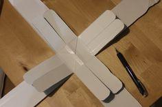 気持ちがいいほど、簡単に回すことができます。2歳の娘も上手に回していました! 作り方メモ: 底の部分を中心に切り開く 底の部分から11cmのところまで真ん中に切れ目を入れ、端を丸くカット。 1本おきに上に持ち上げ、ホチキ …