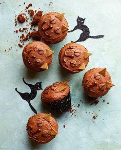 Med denne fastelavnsopskrift på lækre muffins dekoreret som katte kan børnene også være med, når der skal bages og dekoreres ...
