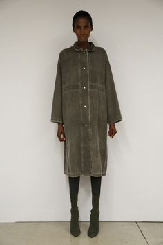 This model is seen wearing Yeezy Season 2. The shape of this outfit is tubular. The tubular shape of this outfit doesn't add any emphasis to the body's features.