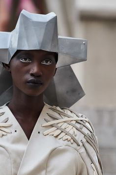 Rick Owens Spring 2020 Ready-to-Wear Fashion Show - Vogue Project Runway Dresses, Iris Van Herpen, Origami Fashion, Jumpsuit Pattern, Afro Punk, Fabric Manipulation, Rick Owens, Vintage Sewing Patterns, Fashion Details