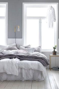 Sängkappa i linne, 160 cm bredd. Antingen i ljusgrått eller blåsvart.