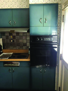Burnt blue Youngstown steel kitchen cabinets – what a lovely color What a lovely color — burnt blue, I'll call it — in these vintage Youngstown steel kitchen cabinets for sale on craigslist in metro St. I don't think we've ever seen this color in t Kitchen Tiles Design, Kitchen Cabinet Design, Kitchen Layout, Kitchen Tips, Kitchen Ideas, Small Cottage Kitchen, Farmhouse Style Kitchen, Semarang, Painting Metal Cabinets