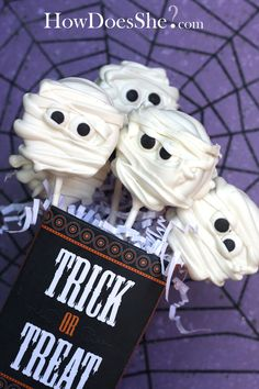 Make mummy, ghosts, and tomb stone Halloween Cookie Suckers! Plus a free, download printable for the bag! Cute Halloween Treats, Gruseliges Halloween, Halloween Cookies, Halloween Desserts, Holidays Halloween, Halloween Tricks, Halloween Canvas, Halloween Chocolate, Halloween Recipe