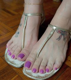 Rasteirinha bem usada, com marquinha dos dedos 🤗 Sexy Sandals, Cute Sandals, Bare Foot Sandals, Ankle Strap Sandals, Pretty Sandals, Nice Toes, Pretty Toes, Cute Shoes Flats, Tan Body