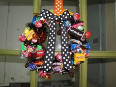 halloween candy wreath with garland and ribbon - Halloween Candy Wreath
