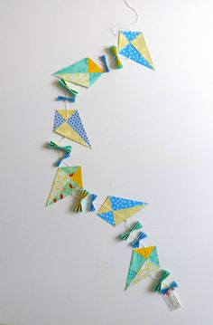 Guirlande de cerfs-volants pour Made by CyCy. Paper Art, Paper Crafts, Origami Paper, Paper Decorations, Kite, Baby Shower, Event Planning, Projects To Try, Ornaments