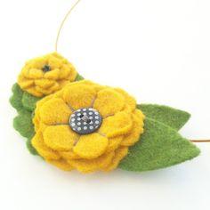 minnie felt flower necklace in gold - close up