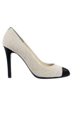 6567ae6b057ca Escarpin Chanel. Blanc... et noir. Celui-ci a une ligne exceptionnelle.