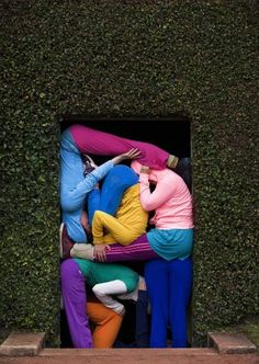 Un grupo de artistas participa en la representación Cuerpos en espacios urbanos (Bodies in Urban Spaces), del artista austriaco Willi Dorner, en el Museo Serralves de Oporto (Portugal). Dorner busca llamar la atención del transeunte rompiendo el espacio y el papel del hombre en él.