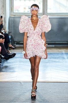 Giambattista Valli Spring 2020 Ready-to-Wear Fashion Show Giambattista Valli Spring 2020 Ready-to-Wear Collection – Vogue Fashion Week Paris, Fashion 2020, Look Fashion, Runway Fashion, Fashion Models, Spring Fashion, High Fashion, Fashion Outfits, Fashion Design