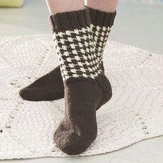Ohje: Neulotut Kukonaskelsukat | Lankava.fi Knitting Socks, Knit Socks, Leg Warmers, Mittens, Slippers, Legs, Crochet, Handmade, Crafts