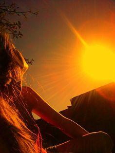 I love u till the sun dies! Portrait Photography Poses, Tumblr Photography, Sunset Photography, Cute Girl Photo, Girl Photo Poses, Aesthetic Photo, Aesthetic Pictures, Sunset Girl, Shadow Pictures