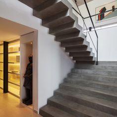 Nesta casa projetada pelo arquiteto Flávio Castro, a ideia era trazer uma escada que dialogasse com os demais ambientes, projetados em tons sóbrios e formas puras. Como a escada, feita em concreto e pintada com verniz fosco, não toca as paredes laterais, foi necessário um cálculo estrutural e execução cuidadosos. O projeto foi para uma residência em São Paulo (SP).