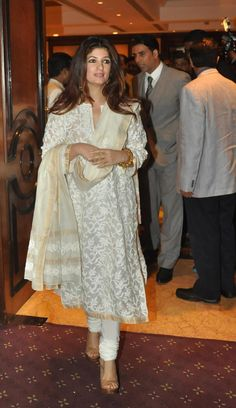 Twinkle Khanna Attended The Unveiling Of Rajesh Khanna's Statue In A Simple White Suit Designed By Abu Jani And Sandeep Khosla Pakistani Dresses, Indian Dresses, Indian Outfits, Punjabi Dress, Punjabi Suits, Indian Attire, Indian Ethnic Wear, Ethnic Suit, Twinkle Khanna