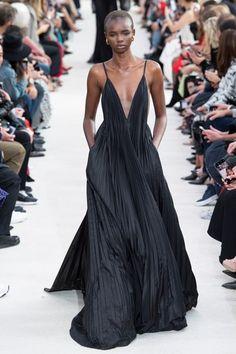 Valentino Spring 2019 Ready-to-Wear Fashion Show Collection: See the complete Valentino Spring 2019 Ready-to-Wear collection. Look 62 Akiima Runway Fashion, High Fashion, Womens Fashion, Paris Fashion, Fashion Night, Fashion Weeks, Fashion 2018, Fashion Spring, Couture Fashion
