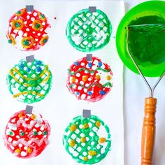 """𝐌𝐚𝐧𝐝𝐢𝐬𝐚🌿𝐇𝐚𝐩𝐩𝐲 𝐓𝐨𝐝𝐝𝐥𝐞𝐫 𝐏𝐥𝐚𝐲𝐭𝐢𝐦𝐞 on Instagram: """"🎄POTATO MASHER CHRISTMAS BAUBLES🎄 Want to make a fun and easy Christmas craft? Just pull out your potato masher! These Christmas baubles…"""" Christmas Baubles To Make, Christmas Crafts For Toddlers, Preschool Christmas, Toddler Christmas, Easy Christmas Crafts, Simple Christmas, Christmas Cards, Crafts For Kids, Christmas Ornaments"""