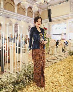Regram from Gadis. Kebaya Lace, Kebaya Brokat, Kebaya Dress, Batik Kebaya, Kebaya Hijab, Kebaya Muslim, Model Kebaya Modern, Pola Rok, Indonesian Kebaya