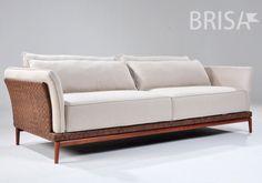 Com uma estrutura produzida a partir de madeira cumaru e a lateral com tramas de tiras de couro natural o sofá Lorenzo - Brisa Móveis traz charme, estilo e conforto para qualquer ambiente!