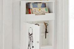 Charmanter Schlüsselkasten im weißen Landhausstil aus Holz mit Vintage-Print.