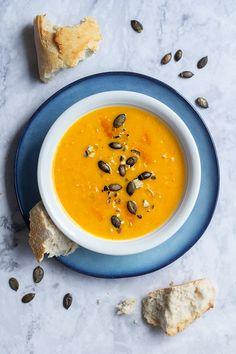 Kürbis-Quitten-Suppe mit Kürbiskernen Food Design, Veggie Recipes, Cheeseburger Chowder, Veggies, Food And Drink, Soup, Gluten Free, Favorite Recipes, Dinner