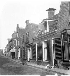 Lange Oosterstraat van vóór 1965. Tegenover het 18e eeuwse halsgeveltje, ooit een café (die stonden in Dokkum bijna huis aan huis), staat het Admiraliteitshuis