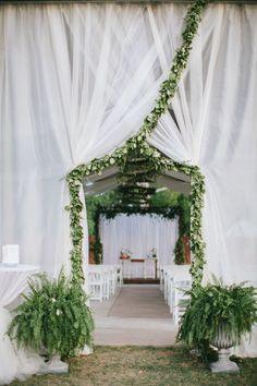 decor de ceremonie blanc autour de la fougere