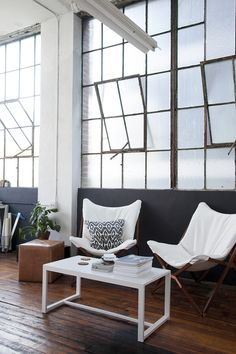 I really like those windows. Some industrial mood, but still warm with that floor.