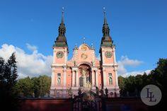 Heiligelinde ist ein bekannter katholischer Wallfahrtsort in Polen. Die Geschichte des Ortes begann im 14. Jahrhundert, als ein zum Tode verurteilter Mann begnadigt wurde. Als Dank hing er an einer Linde eine Madonna auf. Ein Baum im Inneren der Kirche soll an dieses Ereignis erinnern. Entdecken Sie weitere historische Plätze mit Länder und Leute.